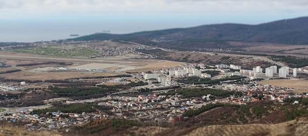 Uitzicht vanaf de top van de berg naar de badplaats gelendzhik