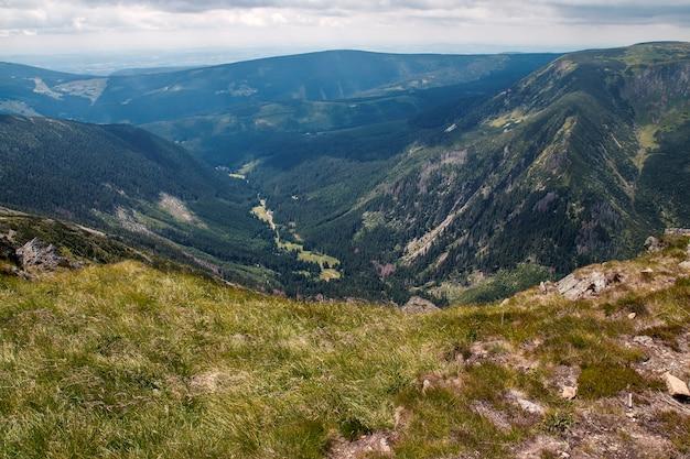 Uitzicht vanaf de top van mt. snezka in nationaal park krkonose