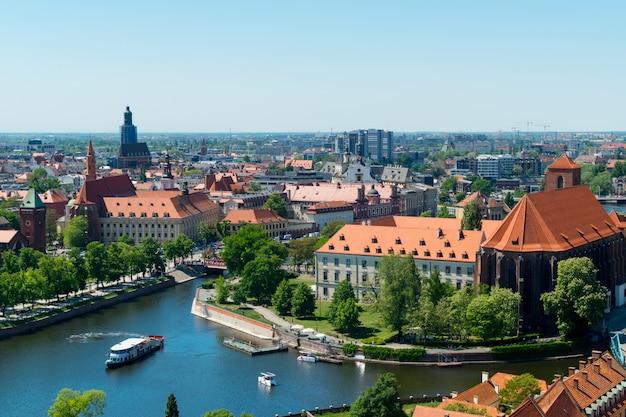Uitzicht vanaf de toren op rode daken van de europese stad