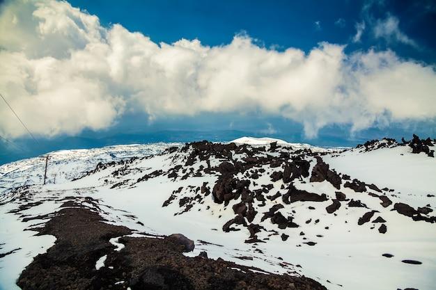 Uitzicht vanaf de vulkaan etna in het voorjaar