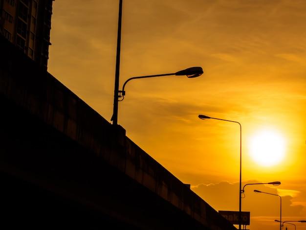 Uitzicht vanaf de weg in de stad bij zonsondergang