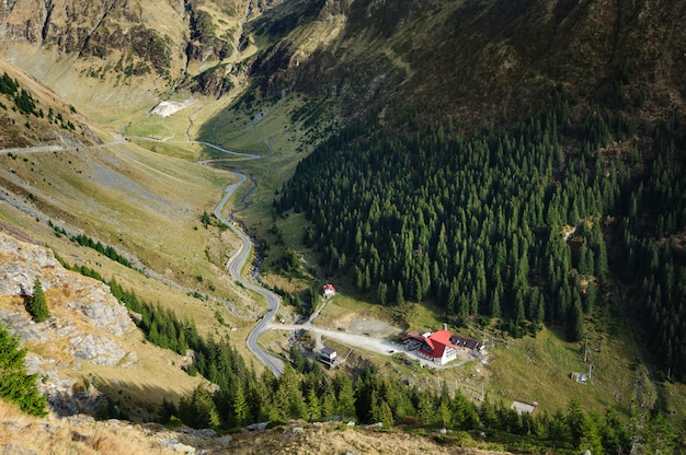 Uitzicht vanaf de weg naar beneden naar de vallei