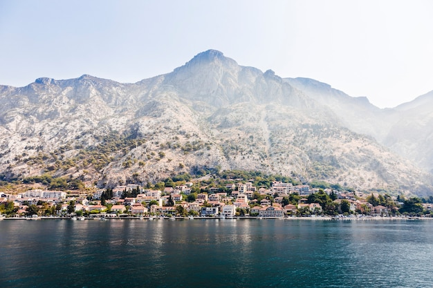 Uitzicht vanaf de zee naar het architectonische berglandschap