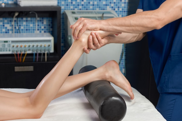 Uitzicht vanaf de zijkant van masserende voeten van vrouwelijke client in spa