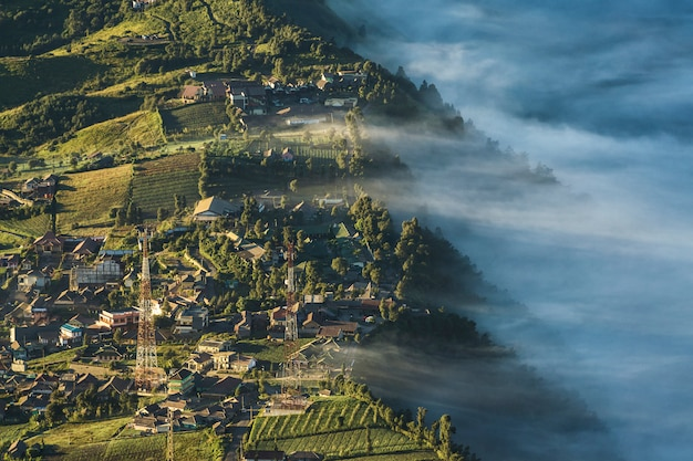 Uitzicht vanaf dorp in de buurt van bromo volcano mountain, java, indonesië
