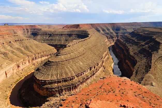Uitzicht vanaf goosenecks state park, utah usa. erosie van de rivier. san juan rivier canyon Premium Foto