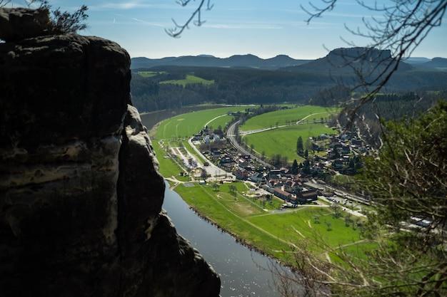 Uitzicht vanaf het bastei-gezichtspunt van de rivier de elbe - prachtig landschapslandschap van zandsteenbergen in saksisch zwitserland nationaal park, duitsland