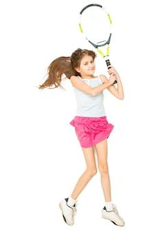 Uitzicht vanaf het hoogste punt van een meisje dat op de vloer ligt en doet alsof ze tennis speelt