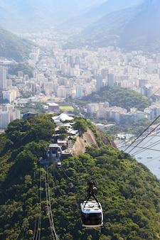 Uitzicht vanaf het kabelbaanstation op de suikerbroodberg in rio de janeiro, brazilië