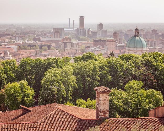 Uitzicht vanaf het kasteel naar de koepel van de kathedraal en het centrum van de stad brescia