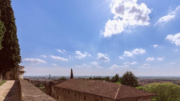 Uitzicht vanaf het kasteel naar het perspectief van de stad brescia
