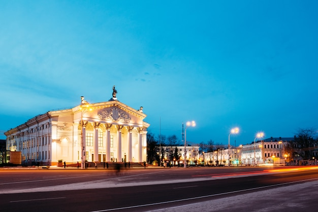 Uitzicht vanaf het lenin-plein in het dramatheater in de avond