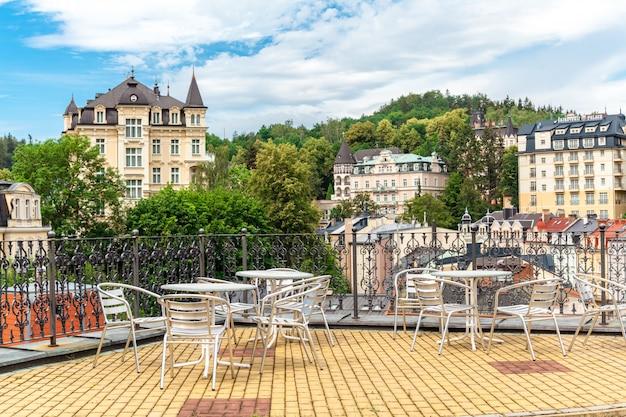 Uitzicht vanaf het terras van het café op karlovy vary