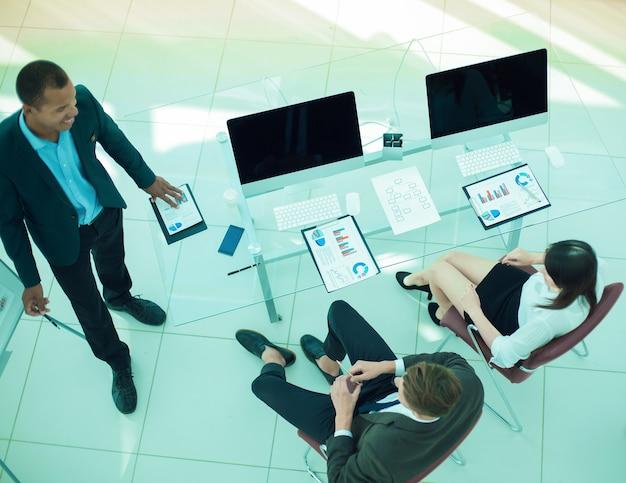 Uitzicht vanaf het top.business team in een modern office.the bedrijfsconcept.