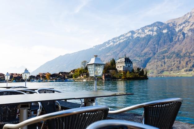 Uitzicht vanaf hotel of restaurant veranda in de zwitserse alpen. fantastisch uitzicht op de bergen. jungfrau-regio. lege tafel in café in interlaken