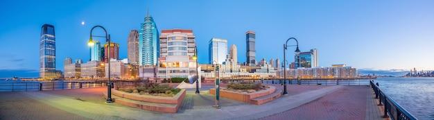Uitzicht vanaf hudson river waterfront walkway in jersey city