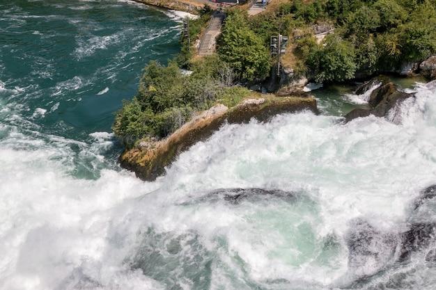 Uitzicht vanaf kasteel laufen op rijn falls is de grootste waterval in schaffhausen, zwitserland. zomerlandschap, zonneschijn, blauwe lucht en zonnige dag