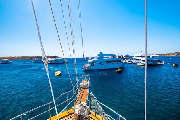 Uitzicht vanaf motorjacht op blauwe zee