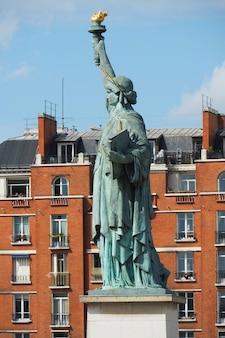 Uitzicht vanaf quai de grenelle quay naar het vrijheidsbeeld in parijs en maison de la radio france house