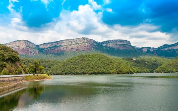 Uitzicht vanaf sau reservoir, vilanova de sau, catalonië, spanje