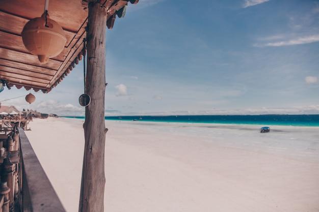 Uitzicht vanaf strand oude houten restaurant op het tropische eiland