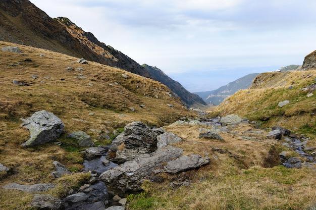 Uitzicht vanaf transfagarasan weg naar vallei, roemenië