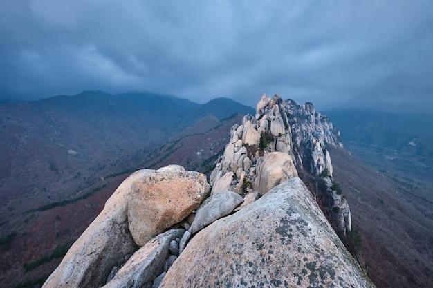 Uitzicht vanaf ulsanbawi rock piek. seoraksan national park, zuid-corea