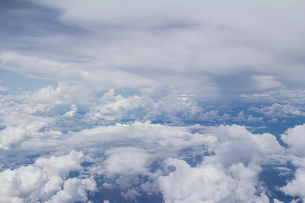 Uitzicht vanaf vliegtuig, blauwe lucht en witte wolken