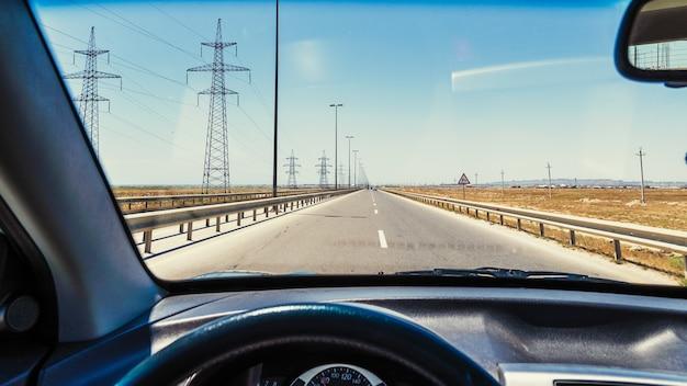 Uitzicht vanuit de autocabine, rijdend op de snelweg