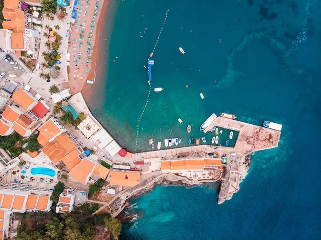 Uitzicht vanuit de lucht naar de oude europese stad aan de oever van de adriatische zee, zomer
