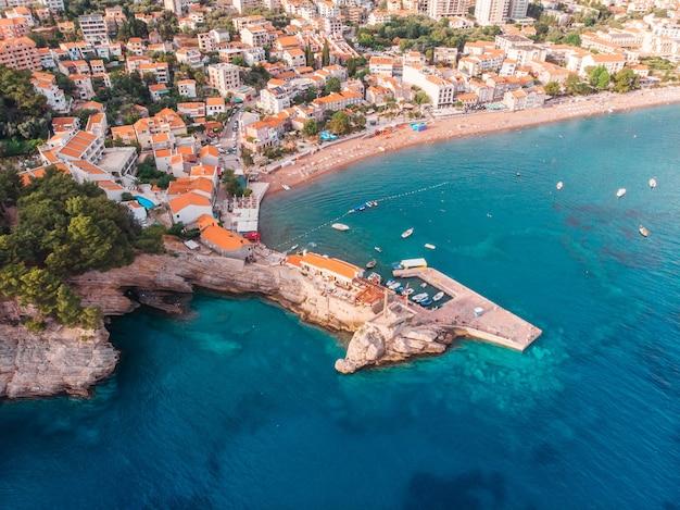 Uitzicht vanuit de lucht naar de oude europese stad aan de oever van de adriatische zee