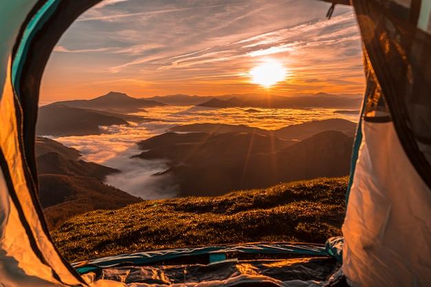 Uitzicht vanuit de tent op een prachtige zonsopgang. baskenland