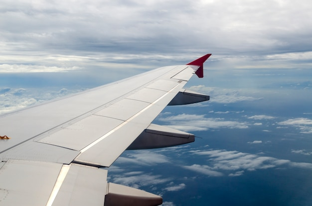 Uitzicht vanuit een straalvliegtuig raam hoog op de blauwe luchten