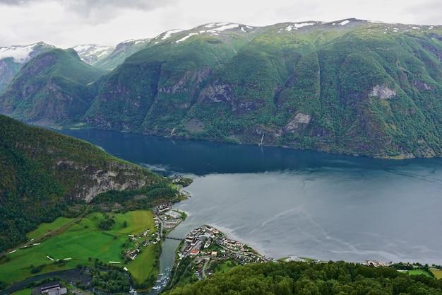 Uitzicht vanuit gezichtspunt stegastein op aurlandsfjord in aurland