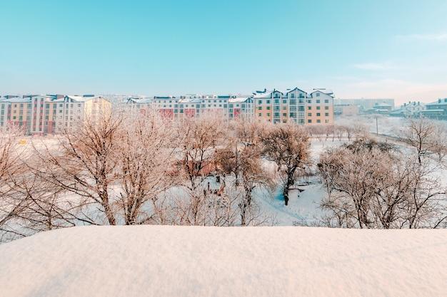 Uitzicht vanuit het raam naar de wintertuin
