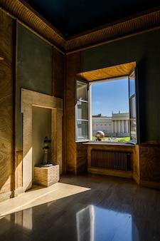 Uitzicht vanuit het raam op de binnenplaats van het vaticaanse museum