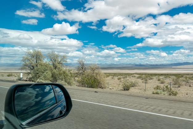 Uitzicht vanuit het raam van een snel rijdende auto.
