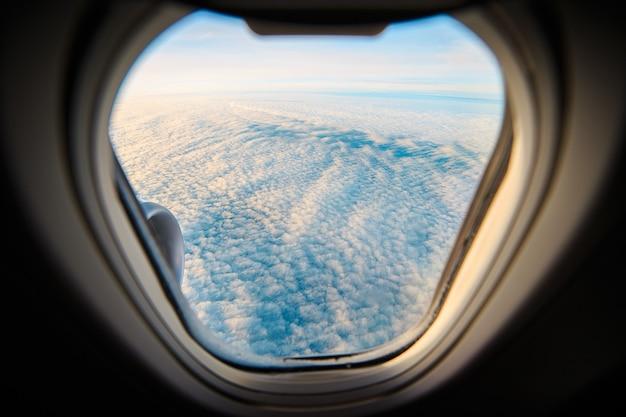 Uitzicht vanuit het raam van een vliegend vliegtuig.