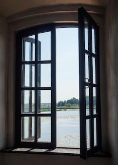 Uitzicht vanuit het raam van het oude fort