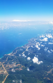 Uitzicht vanuit het vliegtuigraam op de grond