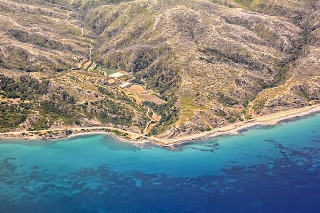 Uitzicht vanuit het vliegtuigraam op het eiland rhodos