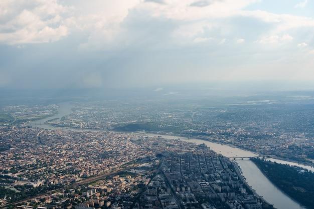 Uitzicht vanuit het vliegtuigraam van het margitsziget-eiland aan de donau in boedapest, hongarije