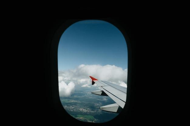 Uitzicht vanuit raam vlucht op lucht met vlucht vleugel met mooie blauwe lucht en wolken