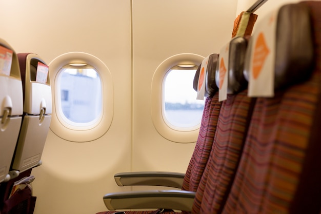 Uitzicht vanuit vliegtuig raam en stoel van binnenuit.