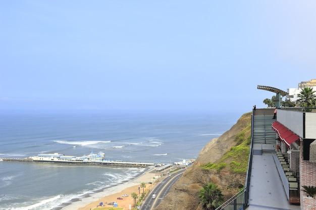 Uitzicht vanuit winkelcentrum in miraflores, in het costa verde-circuit, vanwaar je het strand kunt zien.