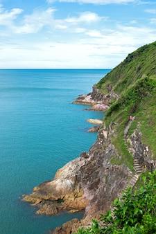 Uitzichtpunt bergen en zee chanthaburi provincie thailand