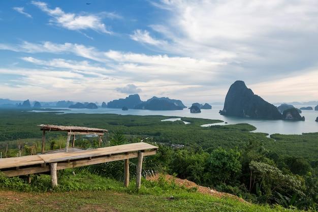 Uitzichtpunt van samed nang chee om de baai van phang nga te zien