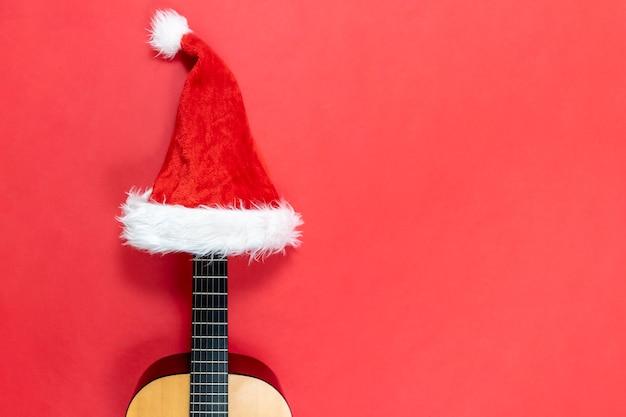Ukelele die een hoed van de kerstman draagt