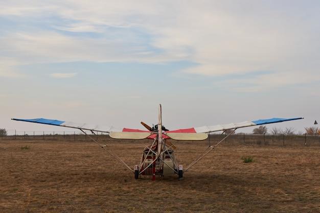 Ultralight vliegtuig staat op het vliegveld voor het opstijgen, achteraanzicht