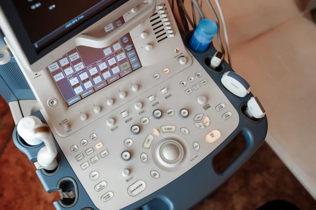 Ultrasone apparatuur voor medisch gebruik op een medische afdeling.